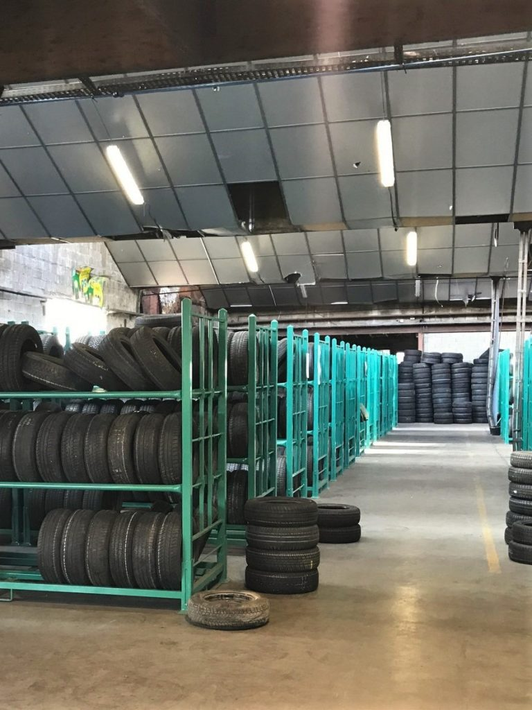 Almacenamiento de neumáticos usados para su reciclaje